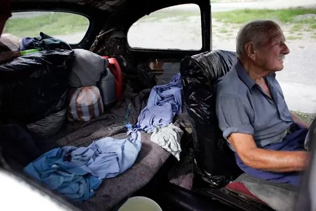 Senhor vive em carro de 46 anos em Apodaca, no México (Foto: Daniel Becerril/Reuters)