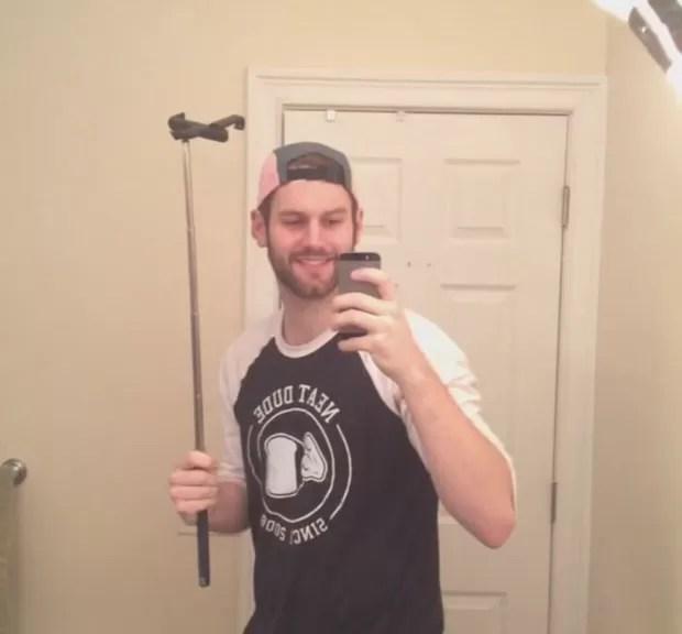 Jovem fez sucesso ao postar selfie em que exibe pau de selfie (Foto: Reprodução/Imgur/Blank1 )