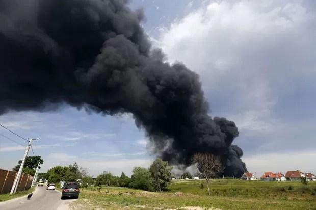 Fumaça é vista saindo de depósito de combustível em chamas na região de Kiev nesta terça-feira (9) (Foto: Valentyn Ogirenko/Reuters)