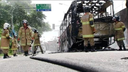 Ação contra traficantes prende 45 no RJ; 11 veículos são queimados