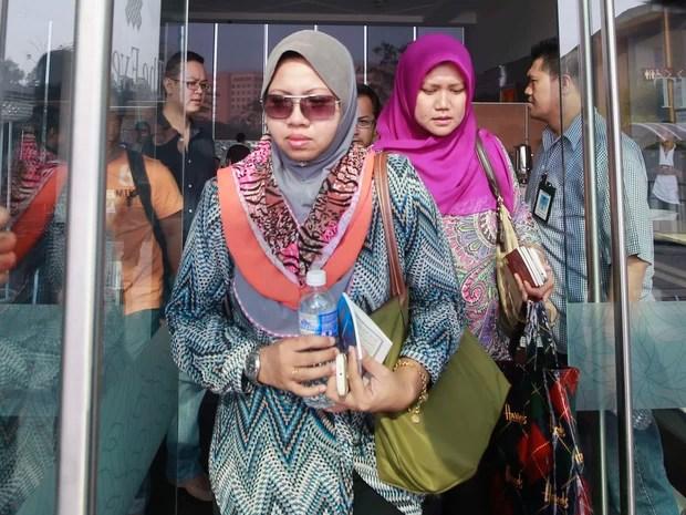 Familiares de passageiros do avião Boeing 777-200 da Malaysia Airlines desaparecido desde o sábado (8) deixam hotel em Putrajaya, Malásia. Buscas pela aeronave, que levava 239 pessoas a bordo, chegam ao segundo dia no mar do sudeste da Ásia. (Foto: Samsul Said/Reuters)