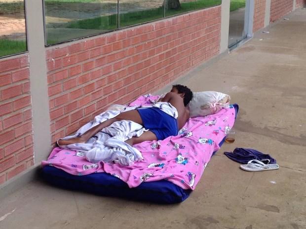 Crianças dormem no chão do Incra (Foto: Rayssa Natani/ G1)