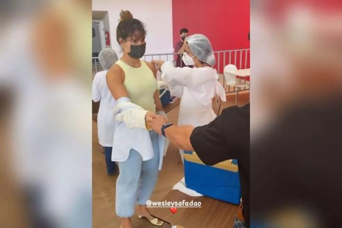 Thyane Dantas, mulher de Wesley Safadão, recebe a vacina contra a Covid em Fortaleza mesmo sem estar agendada. — Foto: Reprodução/Instagram