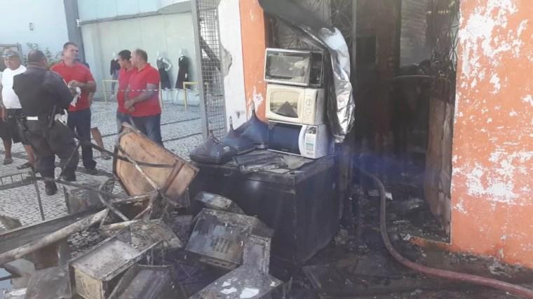 Chamas foram controladas por equipe do Corpo de Bombeiros (Foto: Heloísa Guimarães/Inter TV Cabugi)