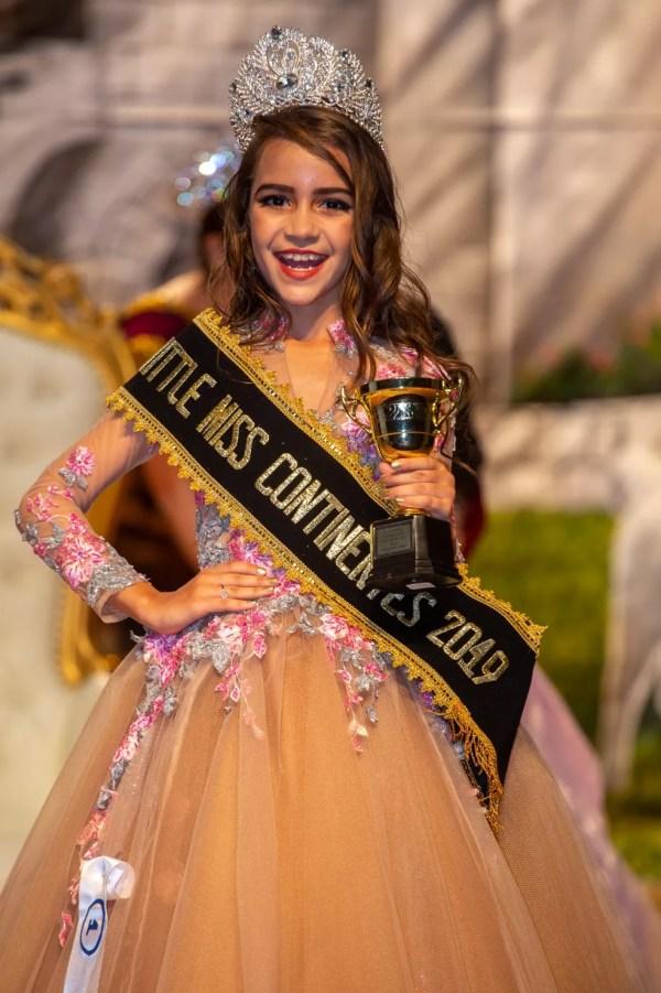 Alagoana Giovana Brito, 7, foi eleita Little Miss Continentes 2019; coroação foi no Peru — Foto: Wellington Costa/Divulgação