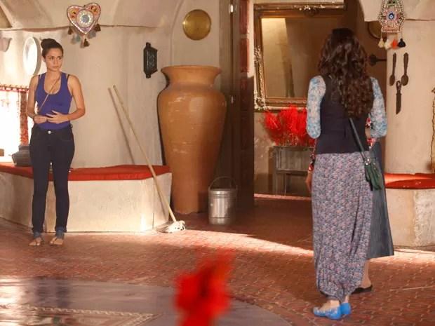 Morena tenta acalmar Ayla, que vê computador do marido (Foto: Salve Jorge/ TV Globo)