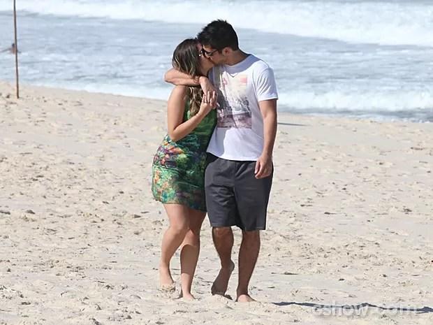 Bárbara e André se beijam na cena (Foto: Pedro Curi/TV Globo)