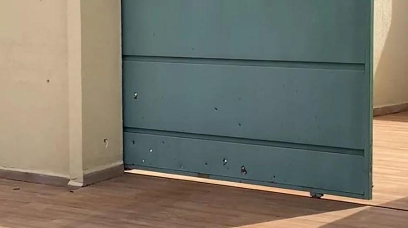 Portão e muros da casa ficaram com marcas dos tiros — Foto: Martim Andrada/TV Morena