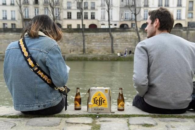 Imagem de pessoas nas margens do Rio Sena, em Paris, na França, em 21 de março de 2021 — Foto: Bertrand Guay / AFP