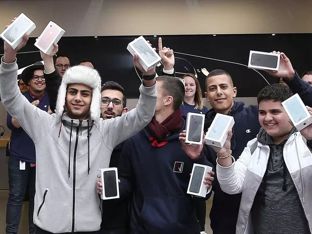 Primeiros compradores do novo iPhone na Austrália (Foto: Rob Griffith / AP Photo)