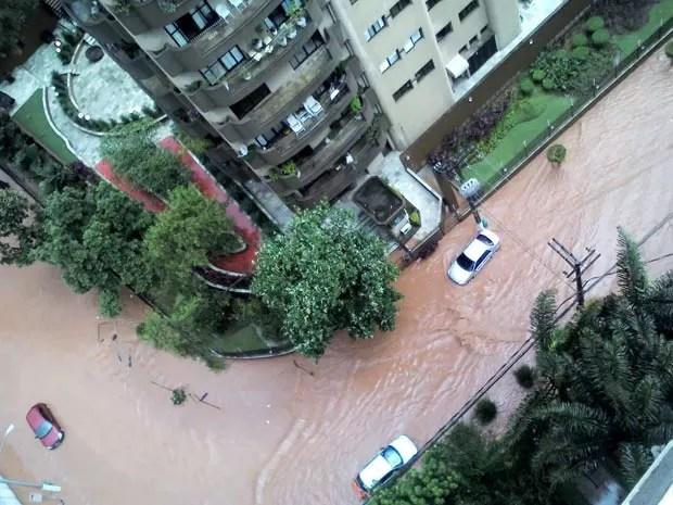 Inundação em rua residentcial entre a avenida Giovanni Gronchi e a rua Alexandre Benois (Foto: Tamirys Gomes/VC no G1)