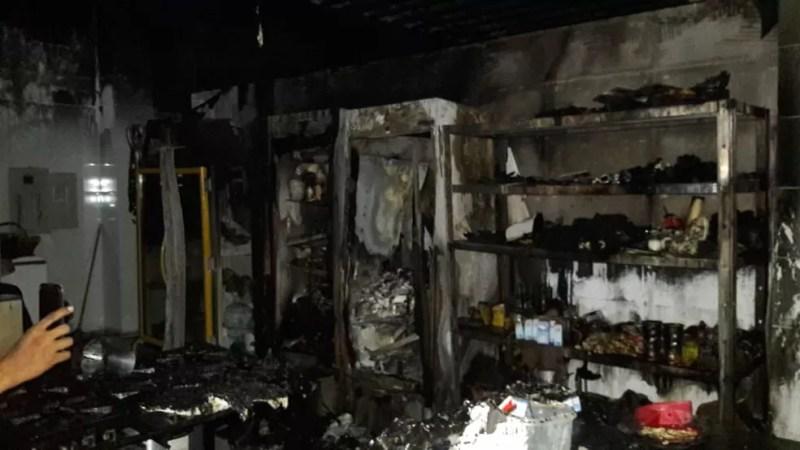 Equipamentos atingidos durante o incêndio na manhã deste domingo em Panificadora do Caranazal (Foto: Redes Sociais/Reprodução)