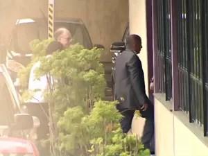 Prefeito chegou ao MPE acompanhado de advogados (Foto: Reprodução/Rede Amazônica)