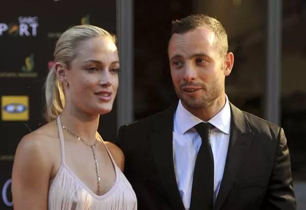 Oscar Pistorius e Reeva Steenkamp, que seria sua namorada, em cerimônia em Johannesburgo, na África do Sul, em 4 de novembro de 2012 (Foto: AP)