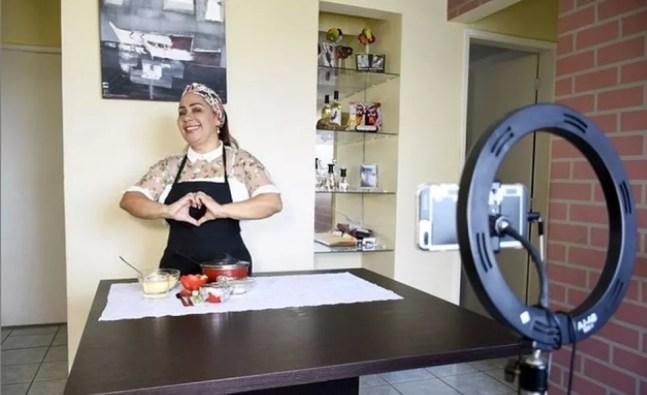 Fã de Ana Maria Braga, Jacira quer trabalhar mostrando receitas na internet. — Foto: Reprodução/instagram