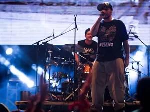 O vocalista da banda, Chorão, misturou rimas nos intervalos das músicas (Foto: Leo Paiva/Divulgação)