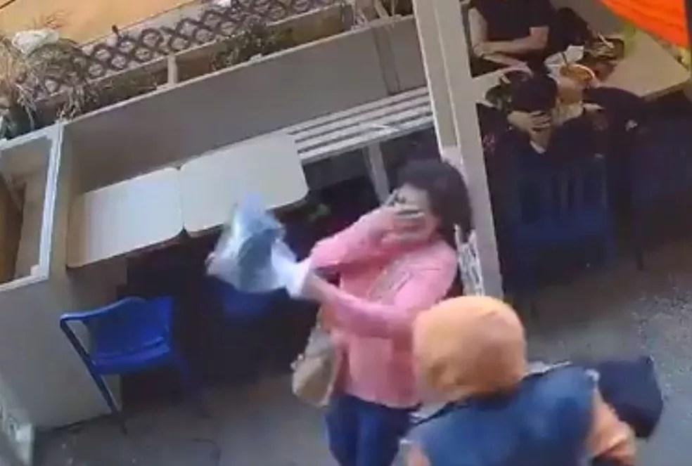 Agressão a mulher de origem asiática na Chinatown de Nova York, nos EUA, foi registrada por câmeras de segurança na segunda-feira (31) — Foto: Reprodução