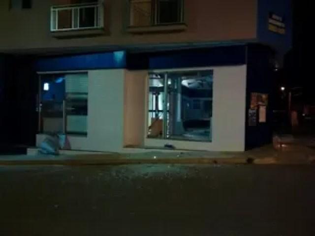 Caixa eletrônico de agência em Rio Paranaíba foi alvo de ladrões (Foto: Paulo Barbosa/G1)