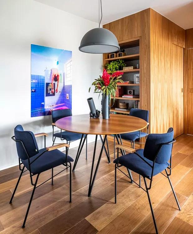 Sala de jantar | Outra estante serve de pano de fundo para a sala de jantar. Mesa do Fernando Jaeger Atelier. Cadeiras do FJ Pronto para Levar e pendente da Reka. (Foto: Renato Navarro/Divulgação)