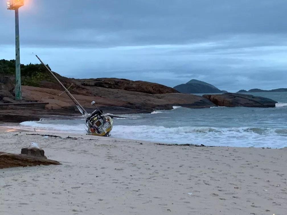 Um veleiro foi parar na areia na Praia do Arpoador com a tempestade no Rio — Foto: Fernanda Rouvenat/G1