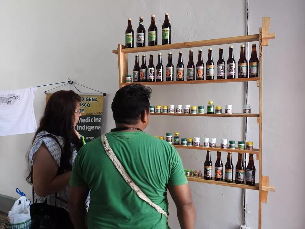 Produtos feitos a base de ervas são vendidos no local, em Manaus (Foto: Iver Rylo/G1 AM)