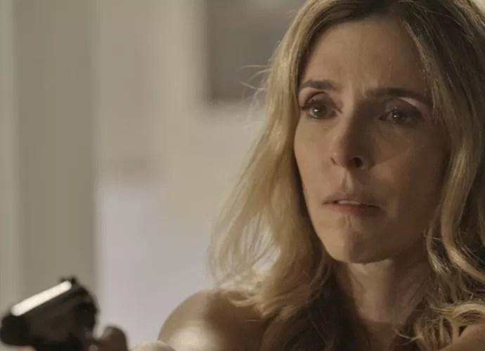 Kiki ameaça Romero com uma arma (Foto: TV Globo)