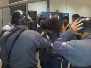 Manifestantes foram tirados pela Tropa de Choque do prédio da Câmara de Campinas (Foto: Lana Torres / G1)