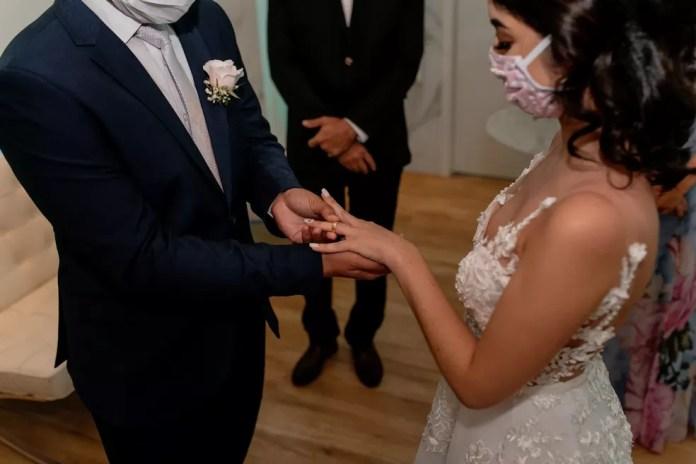 Casal usa máscara em ensaio fotográfico de casamento, em RO — Foto: Vagner Câmara / arquivo pessoal