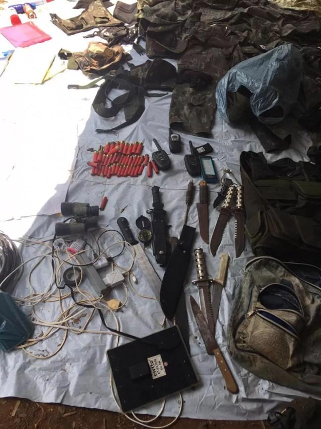 Arma e rádios de comunicação apreendidos na fazenda — Foto: WhatsApp/Reprodução