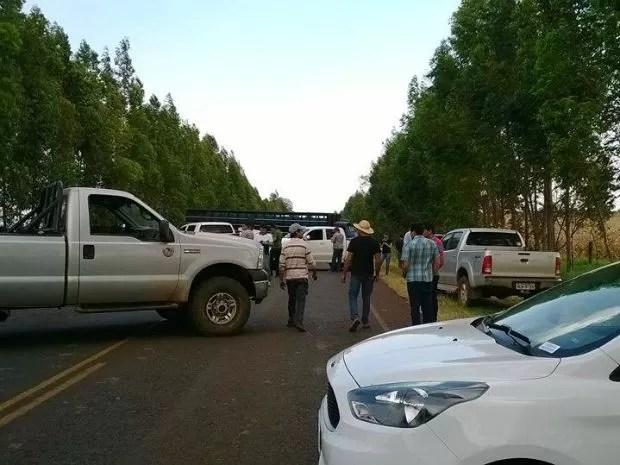 Após invasões, fazendeiros bloquearam rodovia, entre Antônio João e Bela Vista. (Foto: Geraldo Ferreira/O Arrastão)