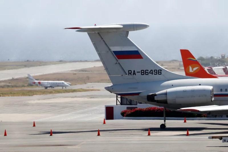 Avião com bandeira russa pousa no aeroporto internacional de Caracas em 24 de março — Foto: Carlos Jasso/Reuters