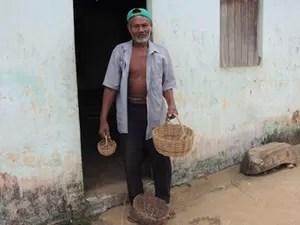 Seu Dito largou o trabalho nos engenhos de açúcar para vender os balaios que ele mesmo produzia (Foto: Renan Holanda/ G1)