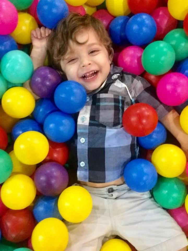 Mãe de Arthur, de 2 anos, diz que filho autista só precisa de paciência das pessoas ao redor para se encaixar — Foto: Sara Onori/Arquivo pessoal