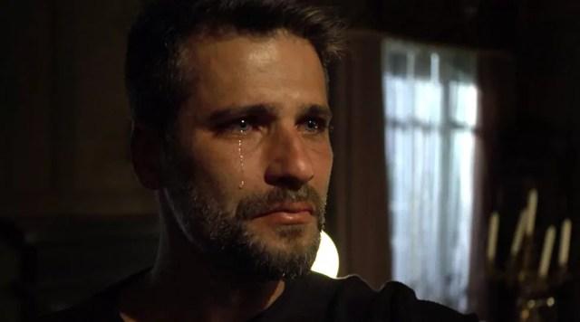 O retrato do pai na parede do casarão deixa Gabriel (Bruno Gagliasso) emocionado — Foto: TV Globo