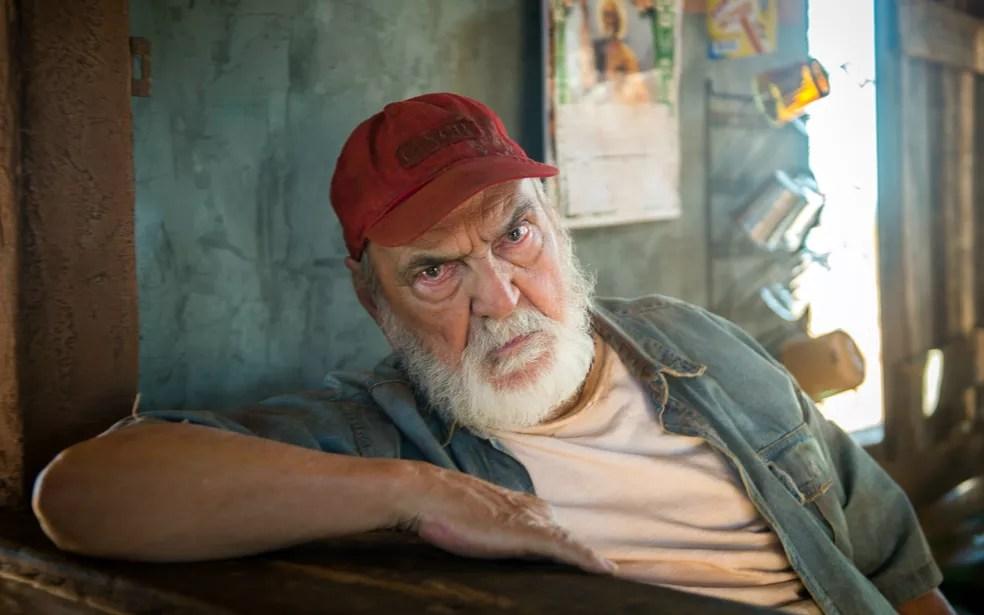 Avô de Clara é um homem simples e rústico, dono de um bar de beira de estrada que sustenta a família (Foto: Raquel Cunha/TV Globo)