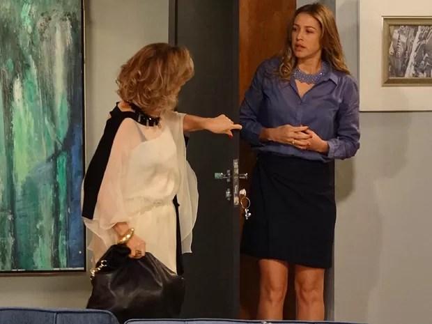 Ao chegar na casa de Felipe, Charlô dá de cara com Vânia (Foto: Guerra dos Sexos/ TV Globo)