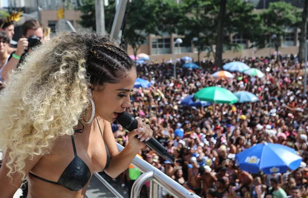 Anitta e seu biquíni de fita isolante no Bloco das Poderosas (Foto: Fernando Maia/Riotur)