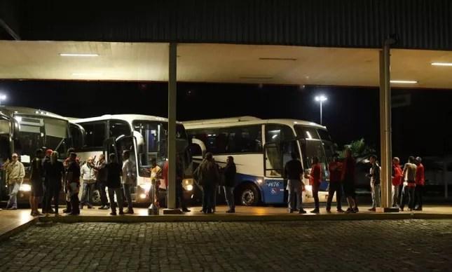 Caravana de simpatizantes do ex-presidente Lula sai de São Bernado do Campo (SP) em direção à capital paranaense
