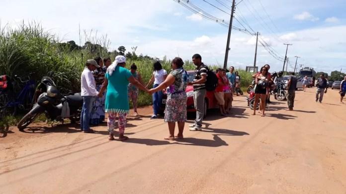 Familiares fizeram oração em prol dos presos em Porto Velho — Foto: Pedro Bentes/G1