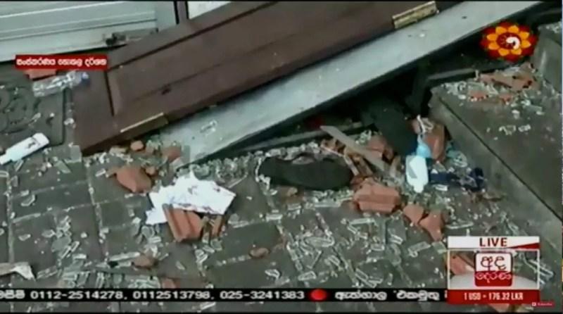 Imagens de TV local mostram destruição dentro de uma das igrejas — Foto: Derana TV/via Reuters TV