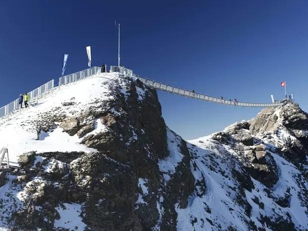 Passarela tem 107 metros de comprimento e liga dois picos dos Alpes Suíços (Foto: Denis Balibouse/Reuters)