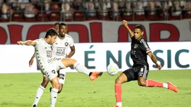 Marcinho, do Botafogo, em disputa com Bruno Alves, do São Paulo
