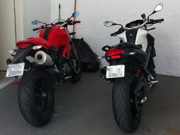 Motos apreendidas com suspeitos de desvios na Prefeitura durante gestão Kassab; placas foram suprimidas pela reportagem (Foto: Eduardo Carvalho/G1)