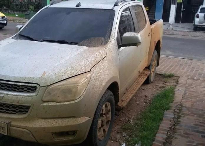 Carro foi atolado e abandonado em ramal na cidade de Mâncio Lima  (Foto: Adelcimar Carvalho/G1)