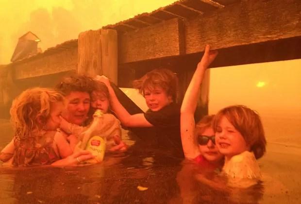 Tammy Holmes tenta proteger os cinco netos de incêndio na Tasmânia (Foto: AP)
