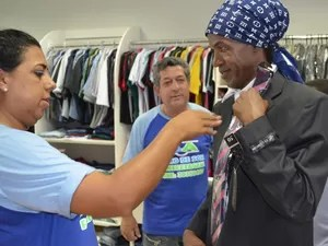 Madalena experimenta terno que usará na posse como vereador de Piracicaba (Foto: Thomaz Fernandes/G1)