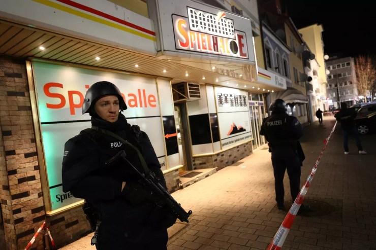 Policiais vasculham arredores de local onde assassino abriu fogo em Hanau, na Alemanha, nesta quarta-feira (19) — Foto: Kai Pfaffenbach/Reuters