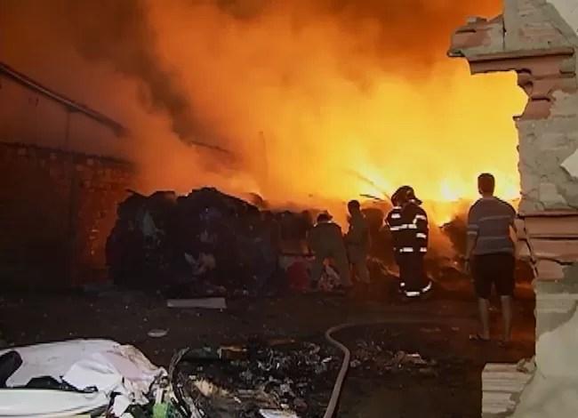 Incêndio atinge estabelecimento em Caruaru (Foto: Reprodução/ TV Asa Branca)
