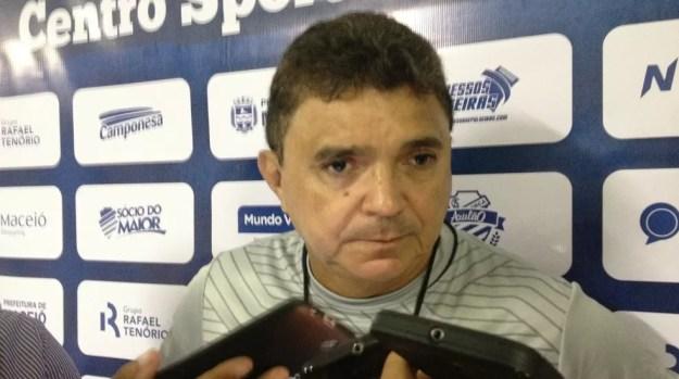 Flávio Araújo estreou com vitória no comando do CSA (Foto: Rafael Brito/GloboEsporte.com)