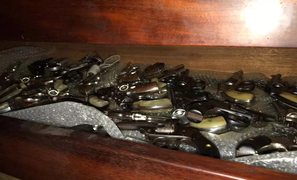 Entre as armas havia diversas pistolas e revólveres — Foto: Polícia Militar/Divulgação